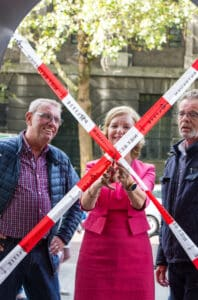 Esther Vermeulen knipt lint door voor de lancering van het nieuwe boek